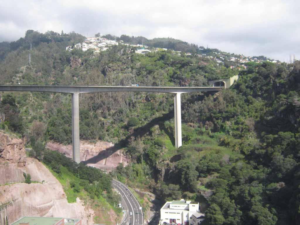 Мост автострады из кабины фуникулера.