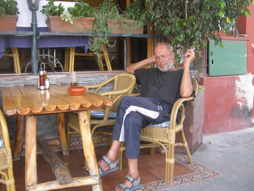 Простой Канарский Рыбак, при нас пытался сбыть рыбку в ресторан по полтора евро за килограмм, не повезло, его послали вместе с рыбой.